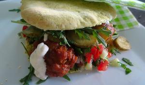 Pita avec falafel, salade israélienne et schoeg