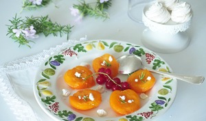 Compote d'abricots frais au romarin à la vapeur douce