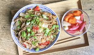 Wok de nouilles soba au chou chinois et à la tomate