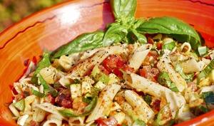 Salade composée alcaline: Penne rigate, basilic, fêta et crudités.
