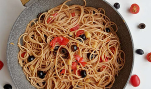 Spaghetti aux aubergines, tomates et olives