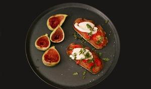 Tartines de tomate, mozzarella et figues fraîches.