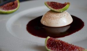Panna cotta au vin rouge épicé. Figues fraîches.