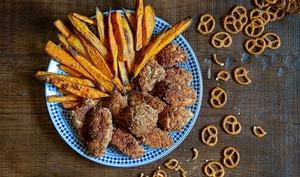 Nuggets de poulet en panure de bretzels et frites de patates douces