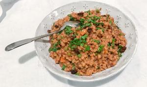 Orzotto végétal aux petits pois et aux tomates séchées