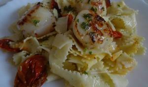 Noix de Saint-Jacques et pâtes au beurre aillé au persil et tomates séchées