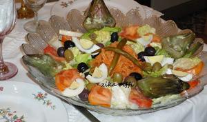 Salade composée artichauts-carottes-laitue-tomates