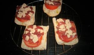 Bruschetta festive à la tomate, magret de canard séché et foie gras