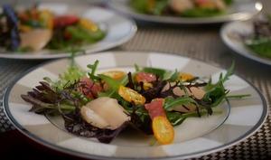 Noix de Saint-Jacques fumées. Méli-mélo de salades. Sauce aux agrumes. Citron Caviar.