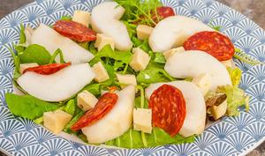 Mesclun aux poires, fromage et chorizo
