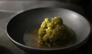 Brocolis et petit bouillon de volaille au gingembre