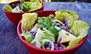 Salade au feta et aux noix de Grenoble, vinaigrette au basilic frais