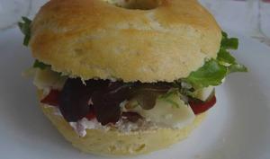 Bagel à la crème de radis et parmesan, viande des grisons et Saint-Nectaire