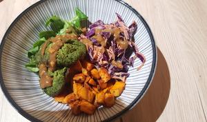 Poke bowl aux falafels d'épinards, patate douce et coleslaw avec sauce aux cacahuètes