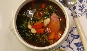 Soupe au chou kale aux haricots et jambon
