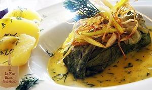 Saumon laitue légumes frits safran beurre monté