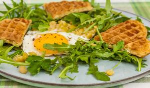 Salade printanière et gaufres aux pois cassés