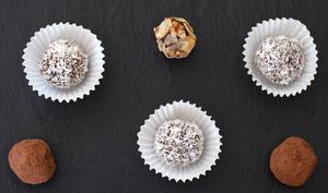 Truffes au chocolat enrobage cacao, noix de coco ou amande