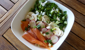 Poke bowl aux pois chiches, épinards, radis et champignons
