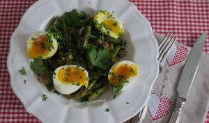 Fricassée d'asperges vertes et œufs mollets