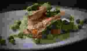 Filets de rouget barbet aux petits pois et fèves de printemps