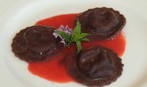 Raviolis au cacao mascarpone et coulis de fraise verveine
