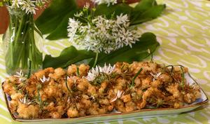 Tempura de fleurs d'ail des ours, à l'orange et au thym