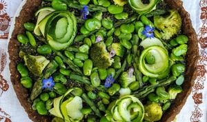 Tarte au sarrasin avec pleins de légumes verts et pesto