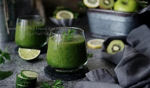 Smoothie vert au concombre, persil et pomme