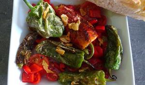 Salade tiède de piments de Padrón, tomates et poivron rouge