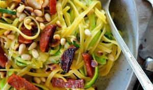 Courgette spaghetti au chorizo et pignons