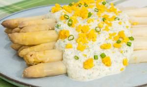 Asperges cuites à la vapeur, sauce au fromage blanc