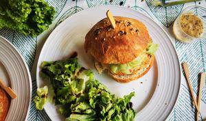 Burgers de saumon, pickles de concombre et mayonnaise au wasabi