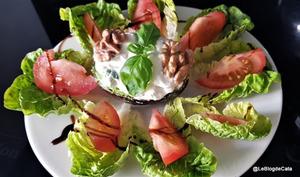 Salade d'avocat farci au gorgonzola et aux noix