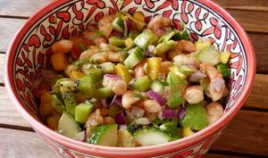 Salade exotique aux crevettes, avocats, mangue et concombre