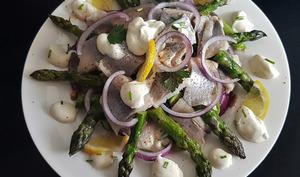 Salade d'asperges vertes poêlées à l'ail, hareng et crème aigre
