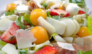 Salade de pâtes au melon, mozzarella, jambon de Parme