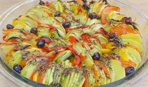 Tian de courgettes, pommes de terre, tomates, poivrons, herbes de Provence