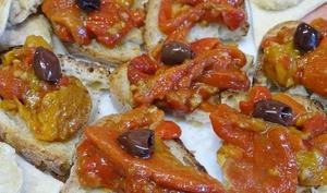 Poivrons grillés aux anchois et à l'ail sur toast