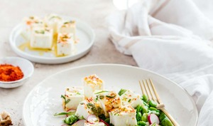 Salade de fèves, herbes fraîches et fêta marinée