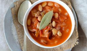 Haricots blancs, sauce tomate et saucisse