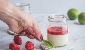 Panna cotta à la verveine citronnelle et coulis de fraises