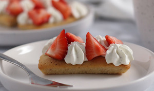 Financiers garnis de fraises et d'une Chantilly vanille Tonka