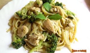 Linguine au poulet et brocoli, sauce au pesto et yaourt à la grecque
