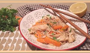Wok de vermicelles au poulet sauté, carotte et pousses de soja