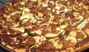 Pizza courgette sauce salsa et moutarde à l'ancienne
