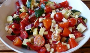 Salade méditerranéenne à la courgette, poivron, tomates et féta