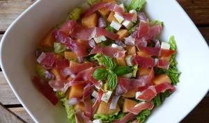 Salade au jambon cru, melon, sucrine et feta
