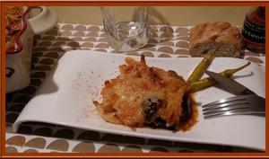Gratin de macaronis à l'aubergine, lardons et piments basques