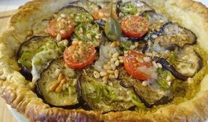 Tarte feuilletée aubergine, tomates, Parmesan et pignons sur tapenade verte